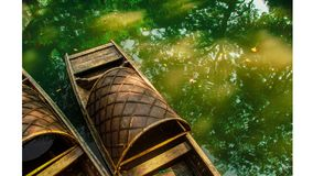 绿色水和小船 库存图片