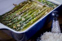绿色水多的芦笋以在橄榄油的陶瓷形式 免版税库存照片