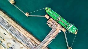 绿色油槽货轮空中顶视图在货物ope下的 库存图片
