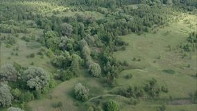 绿色浩瀚和女修道院的美丽的景色 俄国自然,采取从寄生虫 影视素材