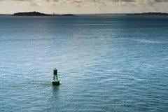 绿色浮体在土地附近的大西洋 库存照片
