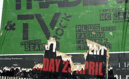 绿色海报被撕毁的墙壁 免版税库存图片