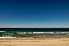 绿色海洋和明白蓝天 图库摄影
