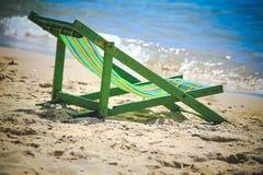 绿色海滩绷床,在与沙子的海海滩,作为自然 图库摄影