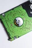 绿色温却斯德  艰苦驱动 主板 计算机备件 倾斜的回到看板卡关闭内存photoed被安置是 磁盘 在一个空白背景 库存照片