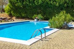 绿色游泳池边 免版税图库摄影