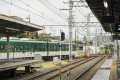 绿色火车在京都输入本地电台, 免版税库存照片