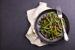 绿色烘烤豆油煎了用在东方样式的蘑菇 图库摄影