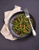 绿色烘烤豆油煎了用在东方样式的蘑菇 库存图片