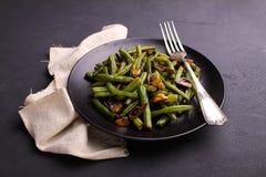 绿色烘烤豆油煎了用在东方样式的蘑菇 免版税图库摄影