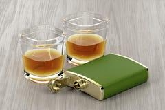 绿色熟悉内情的烧瓶和杯威士忌酒 皇族释放例证
