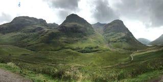 绿色牧场地和辗压小山在S的苏格兰高地 免版税库存照片