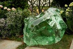 绿色玻璃块  照亮由光从后面 鲜绿色花 免版税图库摄影
