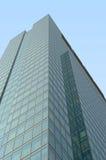 绿色玻璃现代办公楼 免版税图库摄影