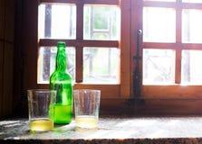 绿色瓶与两块传统玻璃windo的自然萍果汁 免版税库存照片
