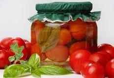 绿色瓶子pickeled红色蕃茄 库存照片