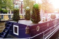 绿色瓶的美好的构成在运河的阿姆斯特丹我 库存照片