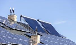 绿色电和水加热的一代的太阳设施在住宅房子关闭的屋顶 库存照片