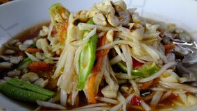 绿色番木瓜沙拉 传统辣泰国食物 免版税库存图片