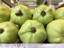 绿色番石榴果子在市场上 免版税库存照片