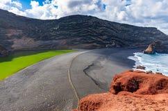 绿色盐水湖命名了查科佛得岛,El Golfo,兰萨罗特岛 免版税图库摄影
