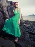 绿色礼服的夫人在海滨 库存照片