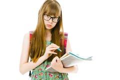 绿色礼服的青少年女生有小册子的-笔记 免版税库存照片