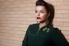 绿色礼服纵向的风格化逗人喜爱的夫人 免版税库存照片