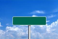 绿色空白的路标蓝色多云天空 免版税图库摄影