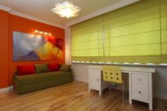 绿色窗帘在现代屋子里 库存图片