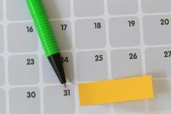 绿色笔尖到三十日历的一个数字和有bla 库存图片