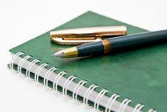 绿色笔记本笔 免版税库存图片