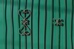 绿色篱芭的片段有伪造的酒吧和一个美好的样式的 图库摄影