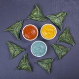 绿色粤式点心,中国食物 饺子用牛肉肉或土豆泥或者酸奶干酪在面团与spirulina 库存图片