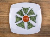 绿色粤式点心,中国食物 饺子用牛肉肉或土豆泥或者酸奶干酪在面团与spirulina 库存照片