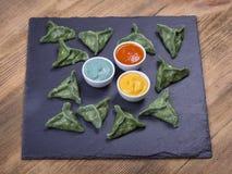 绿色粤式点心,中国食物 饺子用牛肉肉或土豆泥或者酸奶干酪在面团与spirulina 免版税库存照片