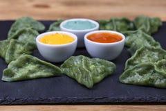 绿色粤式点心,中国食物 饺子用牛肉肉或土豆泥或者酸奶干酪在面团与spirulina 免版税图库摄影