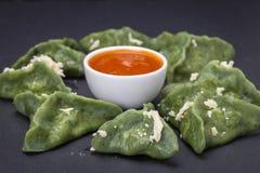 绿色粤式点心,中国食物 饺子用牛肉肉或土豆泥或者酸奶干酪在面团与spirulina 图库摄影