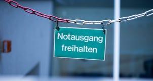 """绿色紧急出口板材,""""Notausgang freihalten"""",德语 图库摄影"""