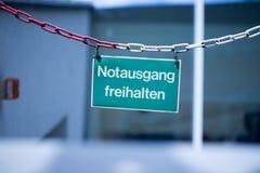 """绿色紧急出口板材,""""Notausgang freihalten"""",德语 库存图片"""
