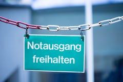 """绿色紧急出口板材,""""Notausgang freihalten"""",德语 免版税图库摄影"""