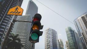 绿色红绿灯在有黄色发怒步行路牌的城市和都市都市风景在背景中 免版税库存照片