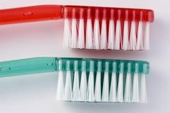 绿色红色牙刷 免版税库存图片