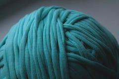 绿色线团螺纹接近的看法编织的 库存照片