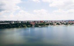绿色美丽如画的镇的鸟瞰图湖的岸的 捷尔诺波尔 乌克兰 免版税库存照片