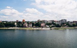 绿色美丽如画的镇的鸟瞰图湖的岸的 捷尔诺波尔 乌克兰 免版税库存图片
