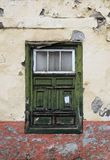 绿色老破旧的窗口在一个腐朽的房子里 库存图片