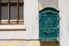 绿色老邮箱 castelsardo意大利撒丁岛 库存照片