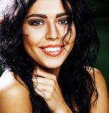 绿色背景的年轻微笑的深色的妇女 库存图片