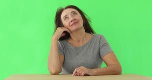 绿色背景的美丽的老妇人 影视素材